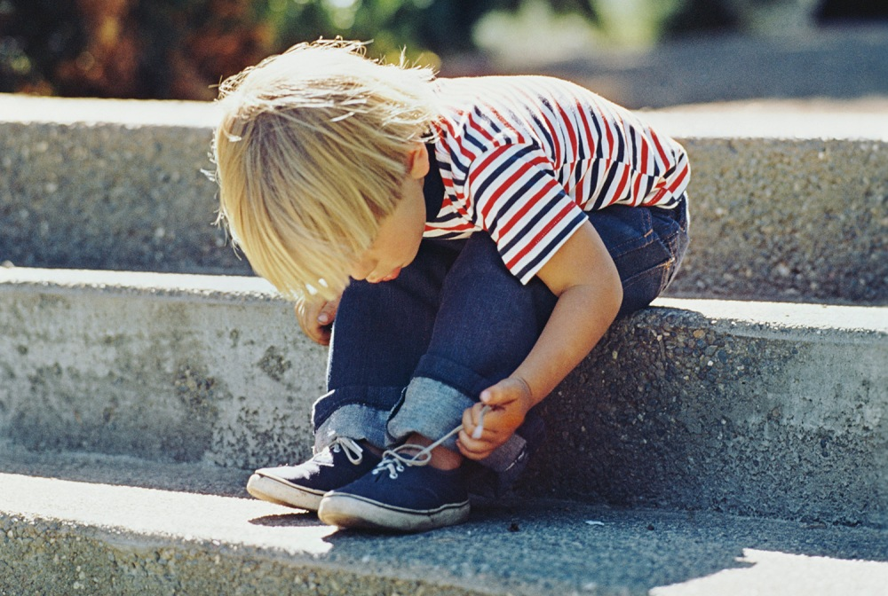 kid-tying-shoelace_2474539a